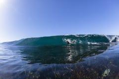 Избежание волны занимаясь серфингом стоковые фото