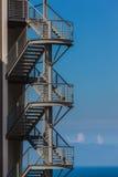 Избежание выхода океана стальной сини лестниц стоковые фотографии rf