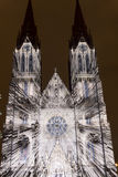 Избежание videomapping светлая проекция на церков Ludmila Святого в Праге Laszlo Zsolt Bordos на фестивале света сигнала Стоковое Изображение RF