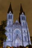 Избежание videomapping светлая проекция на церков Ludmila Святого в Праге Laszlo Zsolt Bordos на фестивале света сигнала стоковое изображение