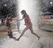 Избежание Yuoth ища от жары лета в главной площади в Cracow Стоковые Изображения RF