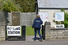 Избиратель Великобритании идет к спискам избирателей на супер четверге Стоковые Фотографии RF