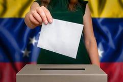 Избрание в Венесуэле - голосующ на урне для избирательных бюллетеней стоковые изображения