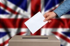 Избрание в Великобритании - голосующ на урне для избирательных бюллетеней стоковое фото