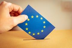 Избрание в Европейском союзе - голосующ на урне для избирательных бюллетеней стоковые фото