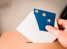 Избрание в Европейском союзе - голосующ на урне для избирательных бюллетеней стоковая фотография rf