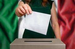 Избрание в Италии - голосующ на урне для избирательных бюллетеней стоковая фотография