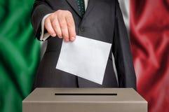 Избрание в Италии - голосующ на урне для избирательных бюллетеней стоковые фото