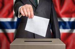 Избрание в Норвегии - голосующ на урне для избирательных бюллетеней стоковые фото