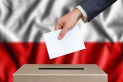 Избрание в Польше - голосующ на урне для избирательных бюллетеней Стоковое Изображение RF