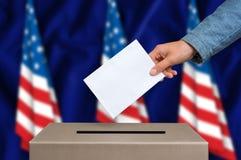 Избрание в Соединенных Штатах Америки - голосующ на урне для избирательных бюллетеней стоковые фото