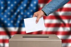 Избрание в Соединенных Штатах Америки - голосующ на урне для избирательных бюллетеней стоковое изображение