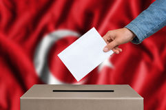 Избрание в Турции - голосующ на урне для избирательных бюллетеней стоковое изображение rf