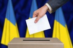 Избрание в Украине - голосующ на урне для избирательных бюллетеней Стоковые Изображения RF