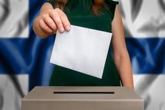 Избрание в Финляндии - голосующ на урне для избирательных бюллетеней стоковое фото rf