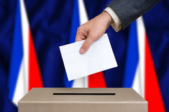 Избрание в Франции - голосующ на урне для избирательных бюллетеней стоковые фотографии rf