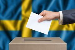 Избрание в Швеции - голосующ на урне для избирательных бюллетеней стоковые изображения