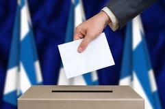 Избрание в Шотландии - голосующ на урне для избирательных бюллетеней стоковое фото