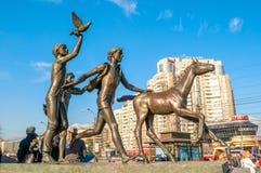 Изваяйте идущих детей около станции метро Pionerskaya в Санкт-Петербурге, России Стоковые Изображения