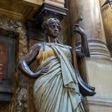 Изваяйте около оперы de Парижа оперы национальной грандиозной, дворца Garnier Франция Стоковая Фотография RF