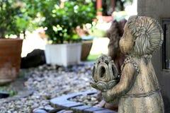 Изваяйте тайскую куклу девушки в саде камешка Стоковые Фотографии RF
