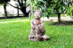 Изваяйте тайскую куклу девушки в саде камешка Стоковая Фотография RF