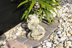 Изваяйте тайскую куклу девушки в саде камешка Стоковое Изображение RF