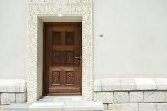 Изваянная деревянная дверь Стоковые Фото