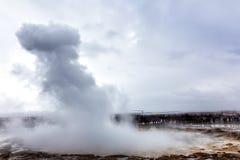 Извергать большого Geysir лежит в долине Haukadalur стоковая фотография