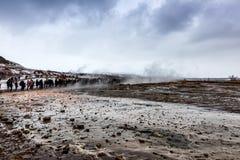 Извергать большого Geysir лежит в долине Haukadalur стоковые фотографии rf