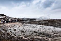 Извергать большого Geysir лежит в долине Haukadalur стоковая фотография rf
