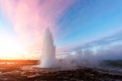 Извергать гейзера Geysir Стоковые Фотографии RF
