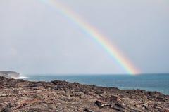извергать лаву подачи над вулканом радуги Стоковое Фото