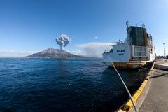 извергать sakurajima держателя s японии kagoshima стоковые фото