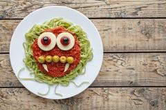 Изверг вампира еды хеллоуина зеленых макаронных изделий спагетти творческий пугающий вегетарианский с улыбкой Стоковая Фотография