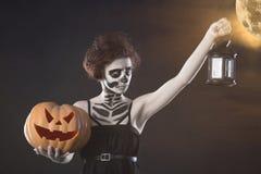 Изверг женщины Творческий темный состав, схематическая идея на хеллоуин Жуткий кошмар поворачивая в черный вампира, том берет b н стоковая фотография