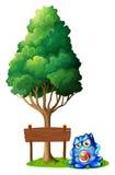 Изверг младенца при pacifier стоя около деревянное signboar Стоковая Фотография