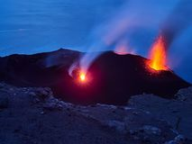Извержение вулкана Stromboli, Эоловы острова, Сицилия, Италия стоковая фотография