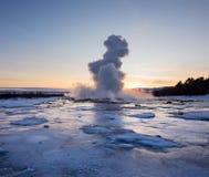 Извержение известного гейзера Strokkur в Исландии Стоковые Фотографии RF