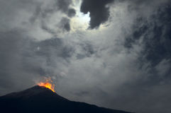 Извержение ночи красивейше заволакивает основа лавы эквадора раскрывает правое tungurahua реки вверх по вулкану стоковые фотографии rf