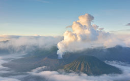 Извержение Bromo держателя на восходе солнца Стоковое Изображение