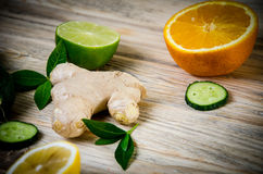 Известка лимона имбиря огурца и зеленые листья мяты на деревянном ба Стоковые Изображения