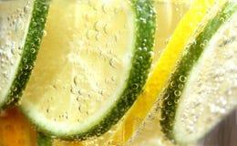 Известка и лимон в пузырях с водой стоковые изображения rf