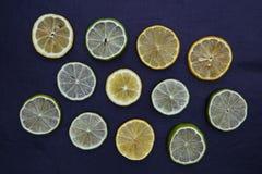 Известка лимона отрезает еду на темной предпосылке Стоковое Фото