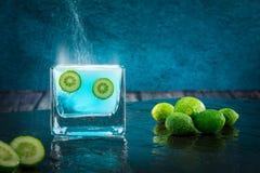 Известки, цитрусовые фрукты окунули в шипучей жидкости Стоковые Изображения RF