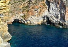 Известковые скалы с пещерами в Мальте, среднеземноморском береге моря Стоковая Фотография