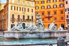 Известная аркада Navona с фонтаном Нептуна, Римом, Италией стоковые фото