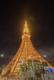 Известная башня токио накаляя в ярких светах в токио, Японии Стоковые Фотографии RF
