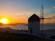 известная ветрянка захода солнца mykonos Стоковые Фото