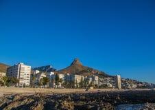 Известная голова львов сфотографировала от пункта моря в Кейптауне в Южной Африке стоковые фото